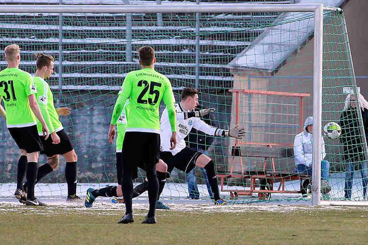 Jerome Propheter trifft für Wacker Nordhausen. Die CFC-Kicker schauen dem Ball nur hinterher.