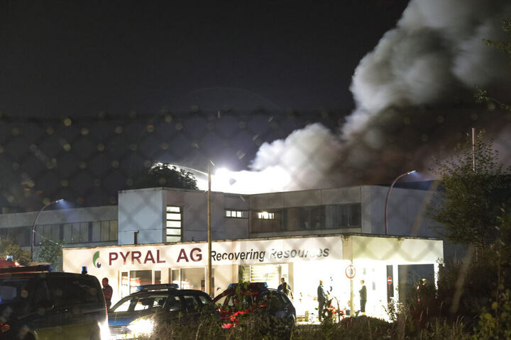 Bei einem Recyclingbetrieb in Mittweida brannte eine Lagerhalle aus.