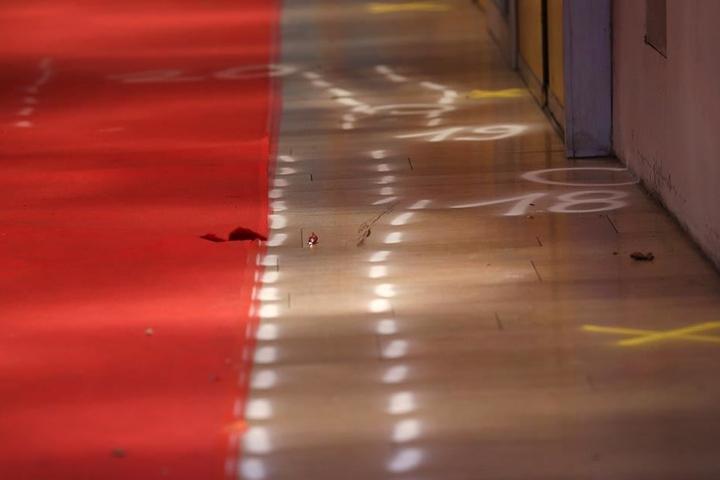 Mann überfährt Türsteher vor Düsseldorfer Disco