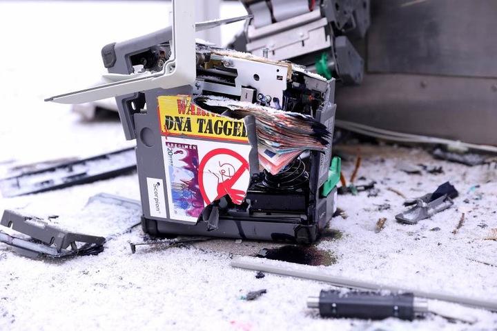 Ob die Täter überhaupt Erfolg hatten, ist unklar. Denn aus der herausgeschleuderten Kassette ragen zahlreiche Geldscheine.