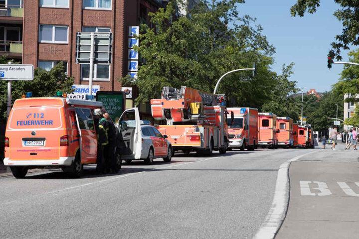 Insgesamt waren sechs Rettungswagen und weitere Fahrzeuge im Einsatz.