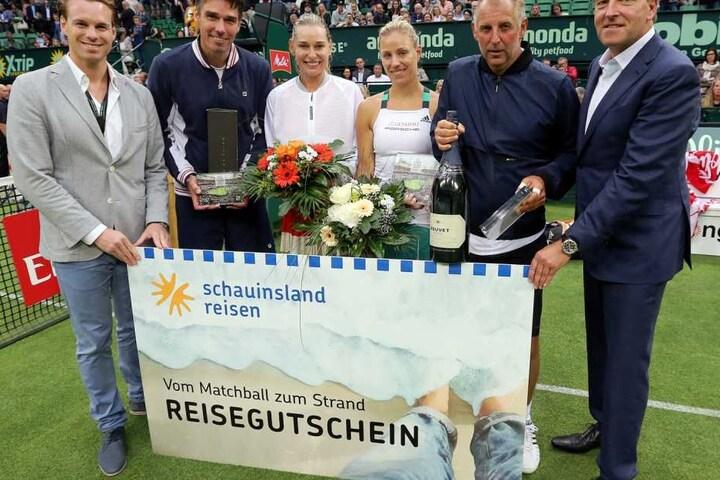 """Die Preise an die """"schauinsland reisen-Champions Trophy""""-Teilnehmer wurden von Turnierdirektor Ralf Weber (rechts) und schauinsland reisen-Pressesprecher Michael Jacobi (links) übergeben."""