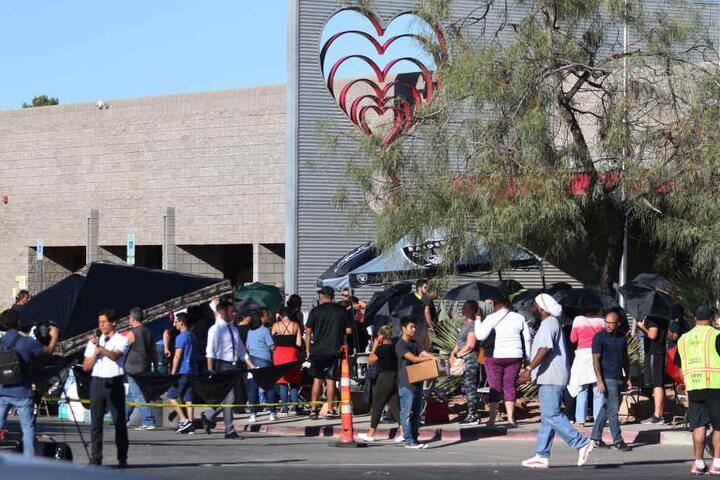 """Menschen stehen in Las Vegas vor dem Gebäude der """"United Blood Services"""" an, um Blut zu spenden."""