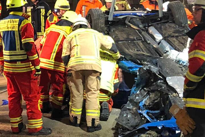 Der 25 Jahre alte Toyota-Fahrer wurde bei dem schweren Unfall in seinem Auto eingeklemmt.