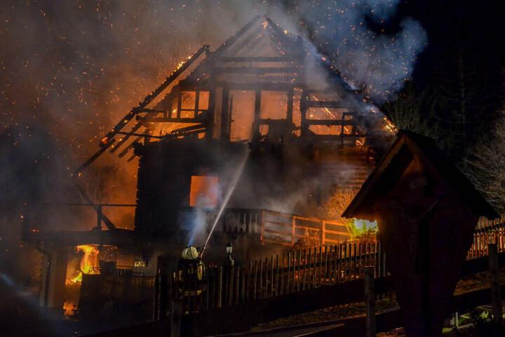 Feuerwehrleute löschen den Brand in einem Einfamilienhaus in der Steiermark.