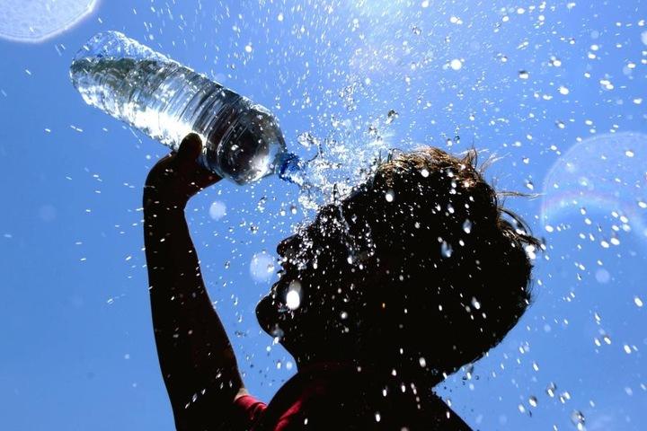 Bei der Hitze soll man viel trinken, empfehlen die Wetterexperten.