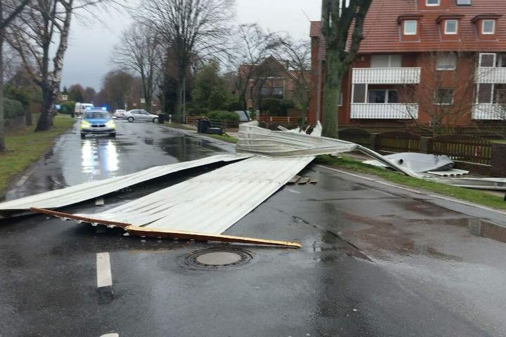 In der Mindener Straße stürzte das Dach eines Carports auf die Straße.