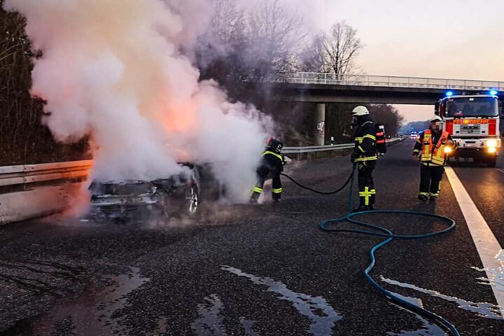 Die Feuerwehr war rasch vor Ort, hatte aber angeblich einige Schwierigkeiten, den Brand zu löschen.