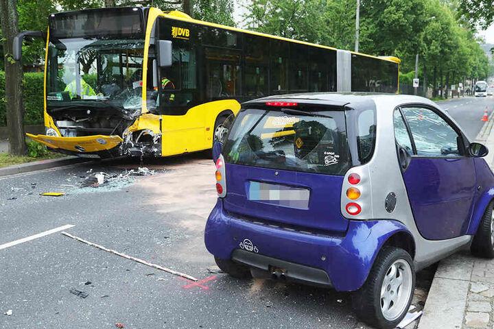 Die Frau kam mit dem Auto auf die Gegenfahrbahn und krachte frontal in den Bus der Linie 62.