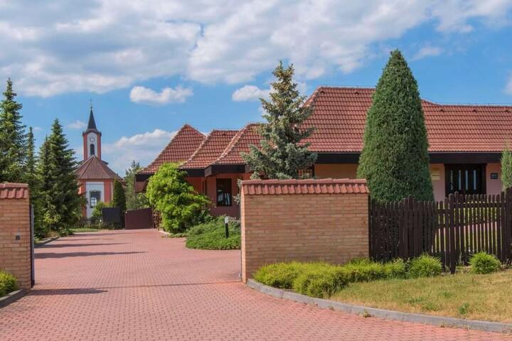 Außenansicht des Krematoriums in Hrusovany