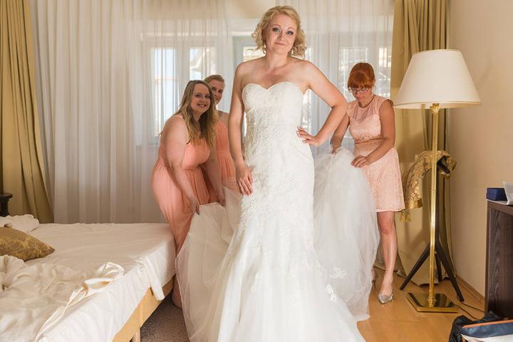 Die strahlende Braut: Nadja Herrig (32) im Hotel mit ihren Brautjungfern.