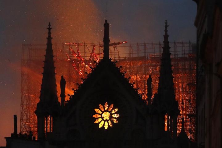Die Dachkonstruktion der Notre-Dame stürzte teilweise ein, der höchste Turm krachte brennend zusammen.