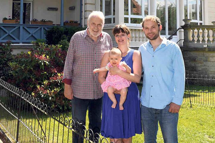 """Gunther Emmerlich (73, l.) lebt zusammen mit Daniela Bosse (29), Mia Malina (8 Monate) und seinem Sohn Johannes (35) in der """"Villa Maria""""."""