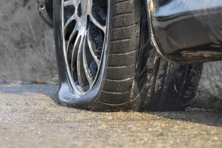 Der Reifen des Autos platzte bei einem Überholmanöver. (Symbolbild)