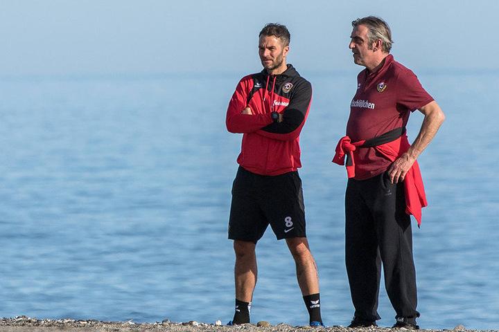 Kristian Walter (l.) und Ralf Minge im Januar am Strand von Marbella - da war die schwarz-gelbe Fußballwelt noch in Ordnung.