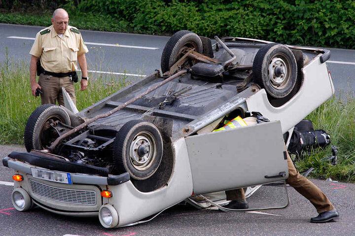Auf den Kopf gestellt: Auch der Trabi war nicht unverwundbar - auf dem Südring legte sich 2009 diese Renn-Pappe aufs Dach. Trotz leichter Plastik-Karosserie blieb der Fahrer aber unverletzt.