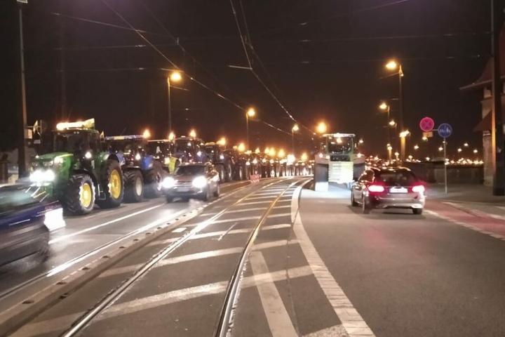 Die Traktoren auf der Marienbrücke.