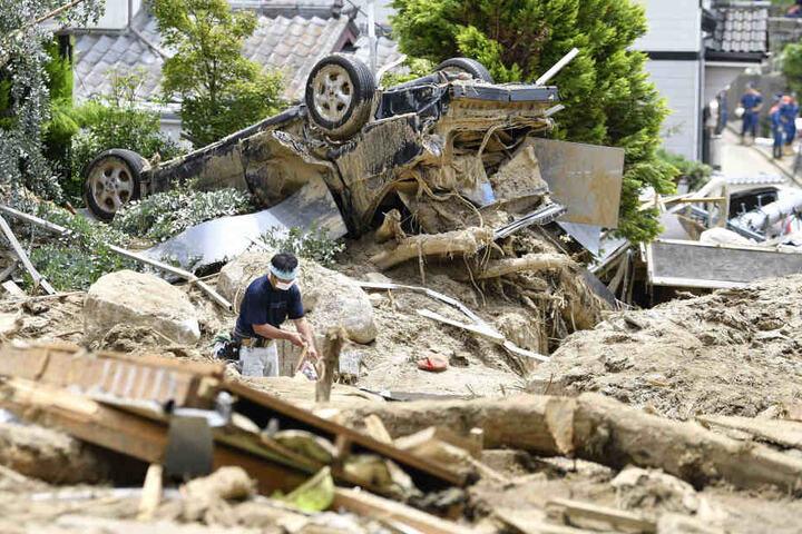 Nach Überschwemmungen in Japan werden noch immer zahlreiche Menschen vermisst. Von vielen Häusern sind nur Trümmer gelieben.