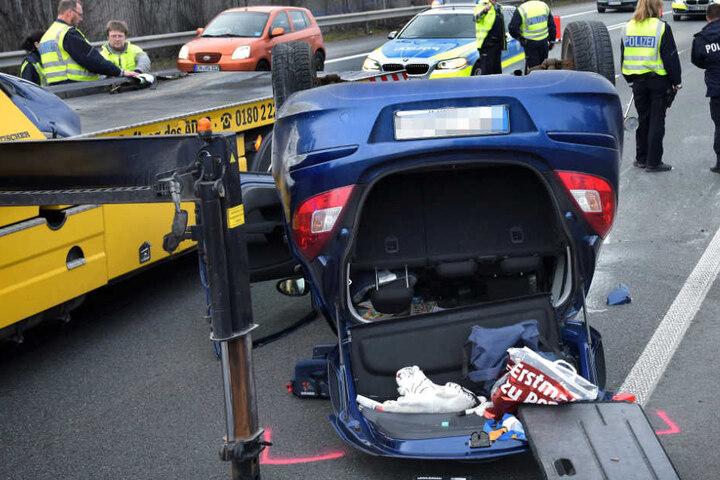 Der Opel Corsa blieb auf dem Dach auf der Straße liegen.