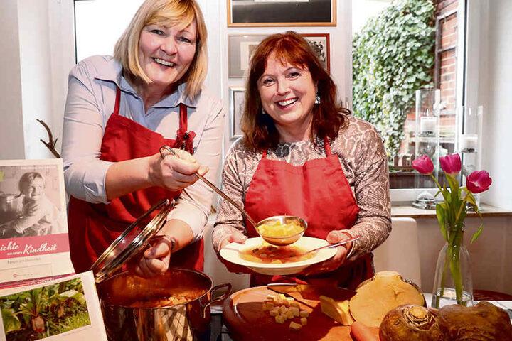 Sylke Tannhäuser (53, l.) und Ethel Scheffler (61) schwören auf leckere Kohlrübensuppe, die sie selbst gern kochen.
