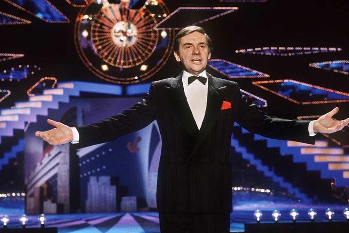 """Harald Juhnke steht am 27.02.1986 in der Show """"Baden-Badener Roulette"""" im Kurhaus in Baden-Baden auf der Bühne."""