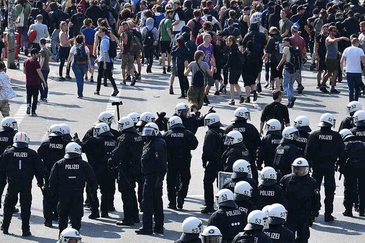 Polizisten formieren sich nahe der Landungsbrücken. Die Polizei hat der Demonstration mit mehreren tausend Teilnehmern den Weg von den Landungsbrücken zur wenige hundert Meter entfernten Elbphilharmonie abgeschnitten.