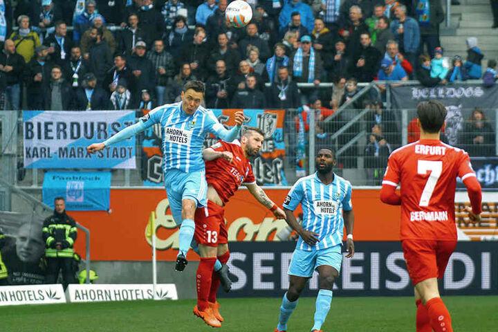 Bittroff (l.) klärt hier per Kopf vor Erfurts Sebastian Tyrala. Emmanuel Mbende beobachtet das Geschehen.
