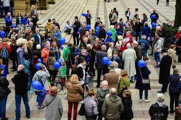 """Die Menschen hatten sich im Rahmen der """"Pulse of Europe""""-Veranstaltung am Rathaus getroffen."""