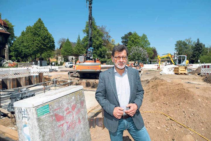 Straßen- und Tiefbauamts-Chef Reinhard Koettnitz (62) kann noch bis August  Restarbeiten erledigen lassen, danach ruht die Baustelle komplett.