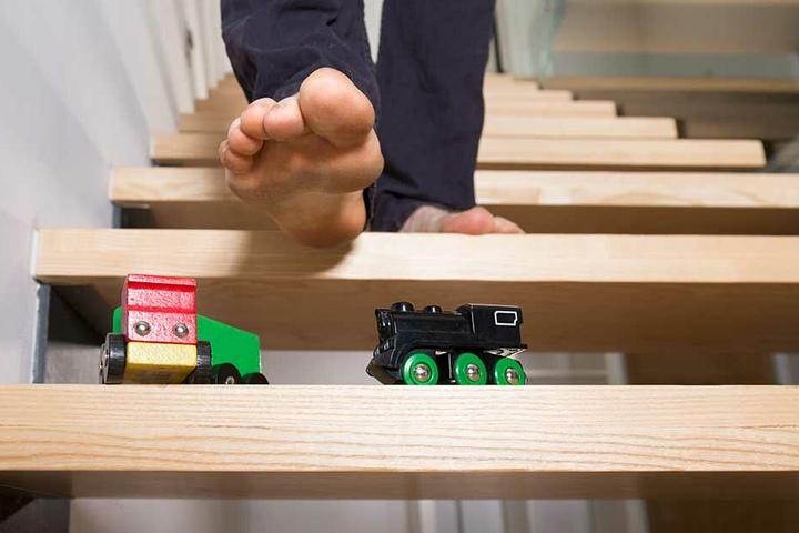 Hindernislauf über herumliegendes Spielzeug.
