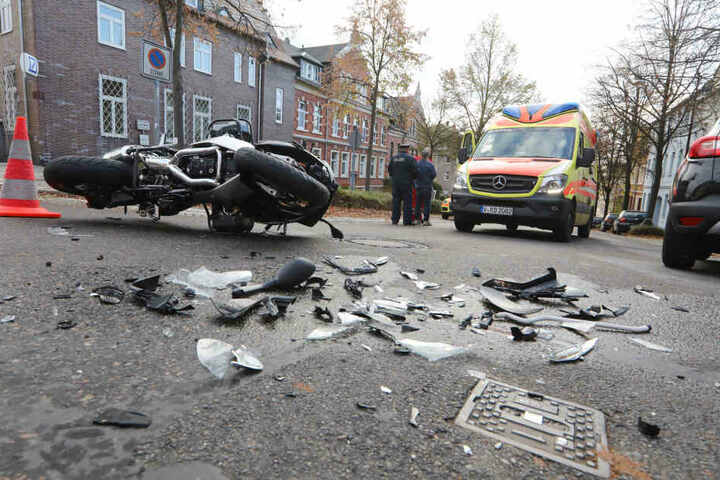 Der Fahrer des Motorrads wurde schwer verletzt in ein Krankenhaus gebracht.