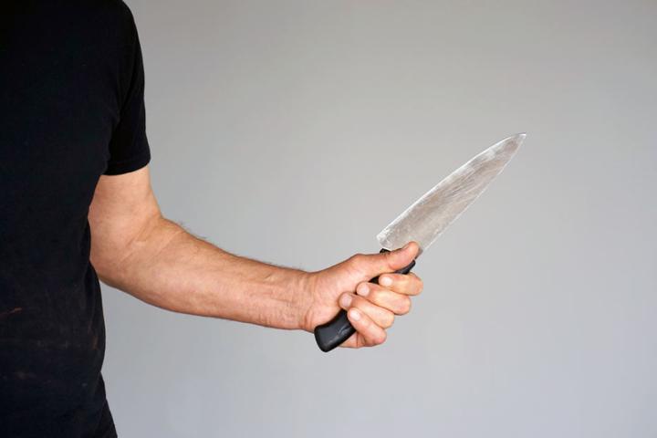 Mit einem Küchenmesser stach der Mann brutal auf seine Ehefrau ein. (Symbolbild)