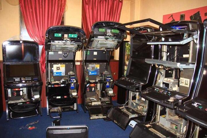 Unbekannte knackten zwölf Automaten und plünderten das Geld.