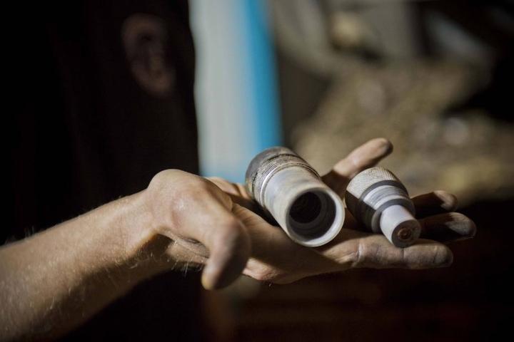Zünder entfernt, Bombe entschärft: Jetzt kann der Sprengstoff in der Bombe nicht mehr explodieren.