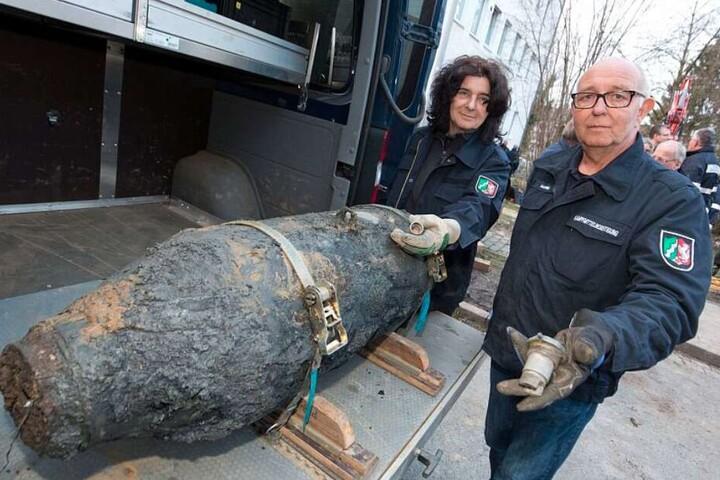 Barbara Bremmer und Gerd Matthee präsentieren sich mit der entschärften Bombe.