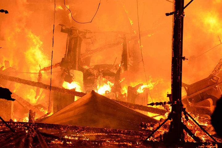 Auch landwirtschaftliche Fahrzeugen verbrannten.