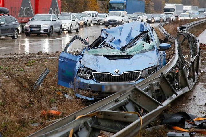 Der Skoda wurde bei dem Unfall total demoliert.