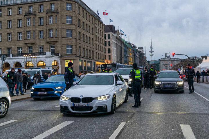 Polizisten kontrollieren die Luxus-Autos.