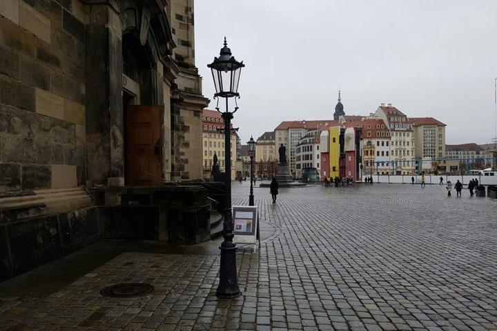 Nur noch das Bus-Monument befindet sich am Neumarkt. Das Fahrrad-Kunstwerk ist wieder weg.