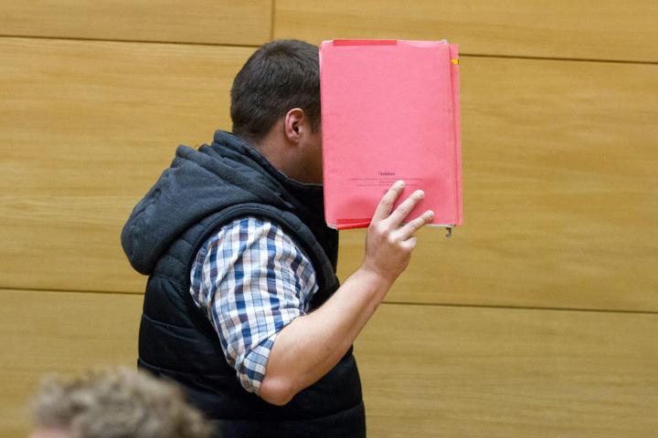 Der Angeklagte Dennis R. geht am 28.02.2017 im Gerichtssaal in Bielefeld zu seinem Platz.