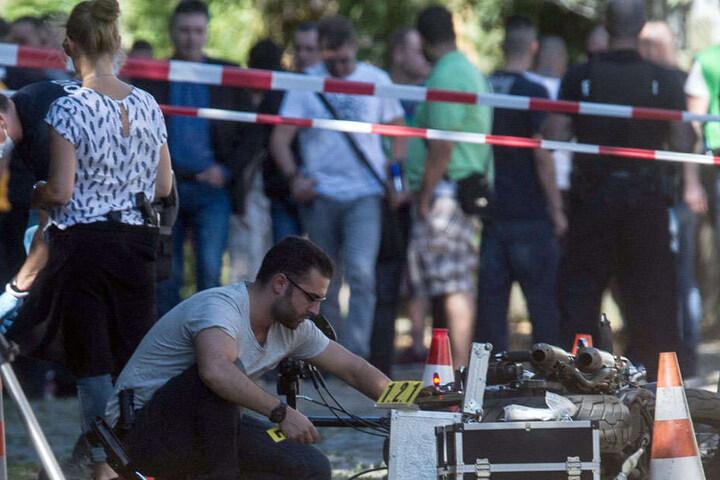 Ein Kriminaltechniker sucht am Tatort nach Spuren.