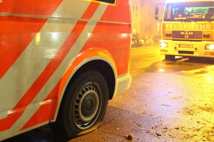 Drei Feuerwehrfahrzeuge und ein Funkwagen wurden beschädigt. Für die Beamten endete der Großeinsatz mit Reifenwechseln.