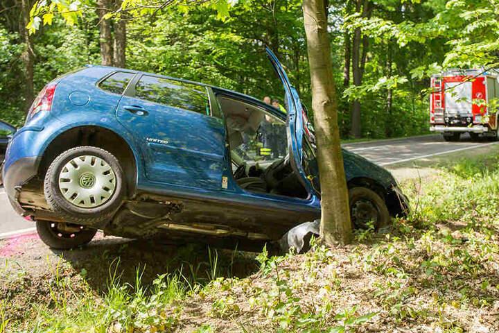 Der VW wurde durch den Aufprall in den Straßengraben und gegen einen Baum geschleudert.