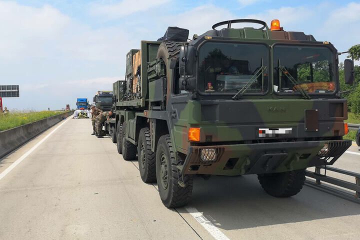 Auch die Soldaten eines zweiten Fahrzeugs hatten versucht, dem Fahrer zu helfen.