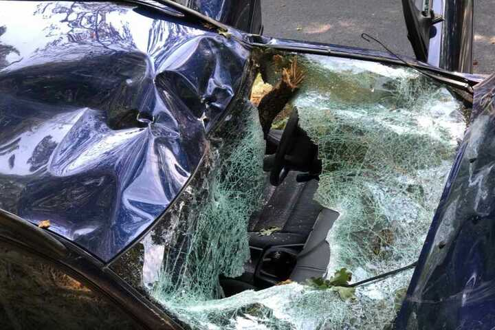 Das Auto wurde komplett zerstört.