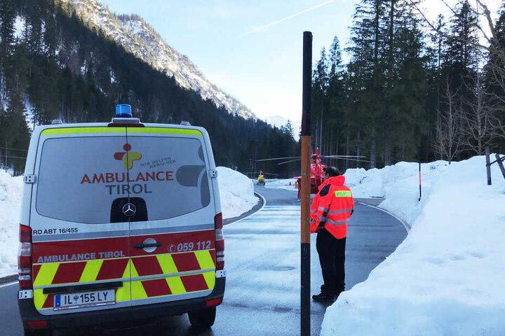 Bei einem Lawinenabgang unweit der deutsch-österreichischen Grenze wurde eine sechsköpfige Gruppe verschüttet, vier Menschen überlebten. (Archivbild)