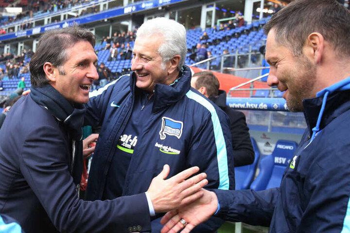 Bruno Labbadia begrüßt Nello di Martino und Pal Dardai.
