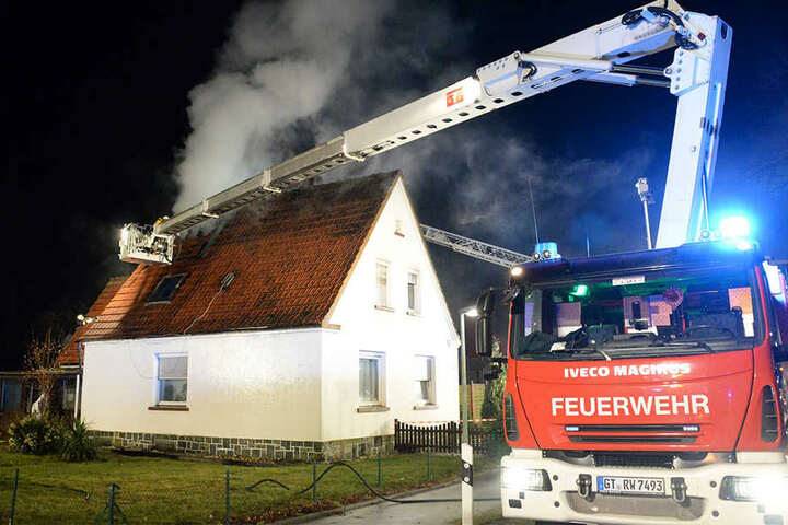 Mit einem Hubleiterwagen gelangten die Löschkräfte zur Feuerstelle.