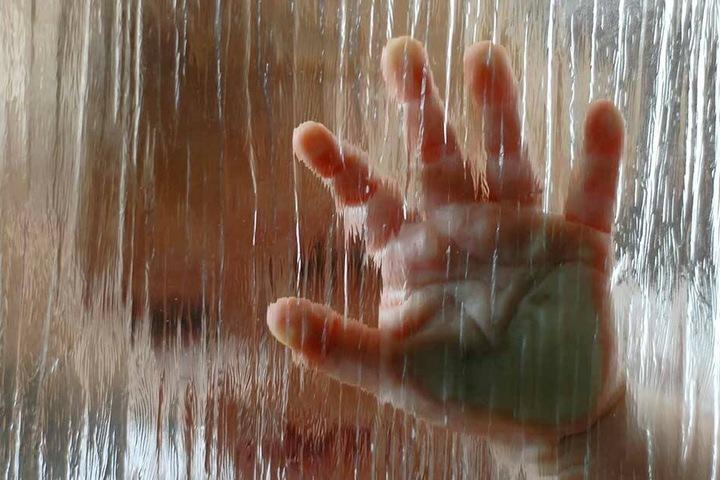 Mit Kinderhänden lassen sich ganz einfach blickdichte Fenster herstellen.
