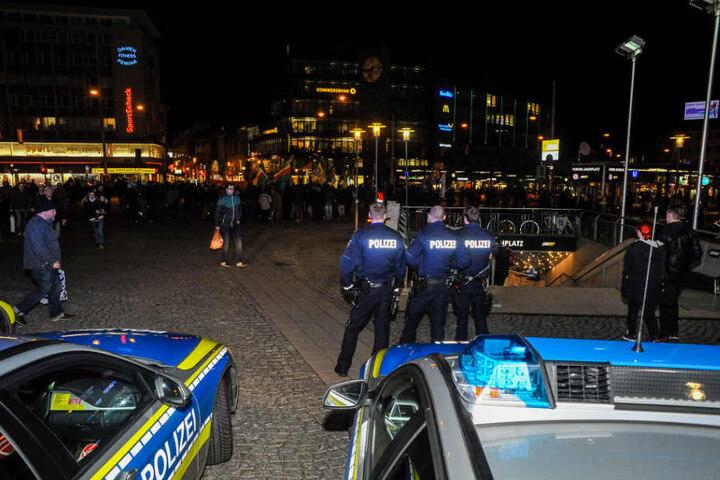 Die Polizei hatte befürchtet, dass die teilweise vermummte Gruppe auch zum Jahnplatz kommt.